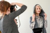 俄罗斯72岁奶奶成平面模特 镜头前时尚感满满