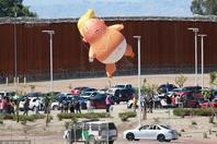 """特朗普赴美墨边境视察 """"特朗普宝宝""""又飞上天"""