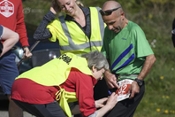 英国女首相特蕾莎-梅现身复活节趣味跑 穿上黄?#25215;目?#20018;工作人员