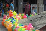 印度金奈民众排长队取水