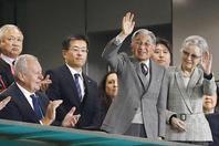 """日本上皇夫妇""""退休""""后看比赛"""
