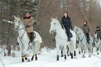 金正恩骑军马参观白头山地区 李雪主等陪同