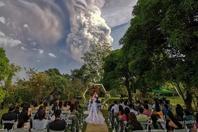 菲律宾新人在火山脚下办婚礼 拍下震撼照片