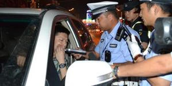 男美女送警察回家酒驾被查憋气过猛吐美女一miki同事图片