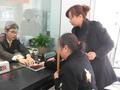 要求无臂青年按手印,要求视障青年签字?