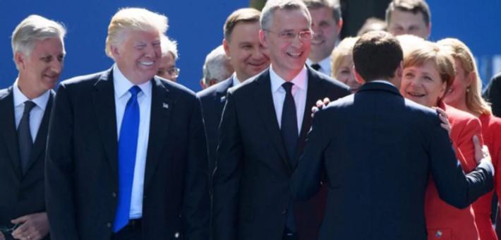特朗普张手迎接马克龙 对方走向默克尔