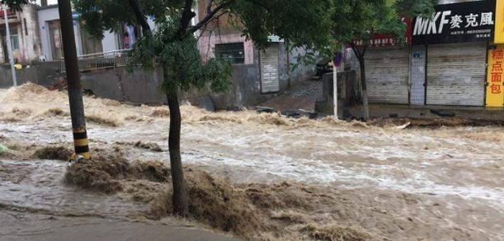 陕西榆林遭暴雨袭击 城区多处路段内涝