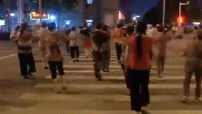 合肥广场舞大妈占领马路