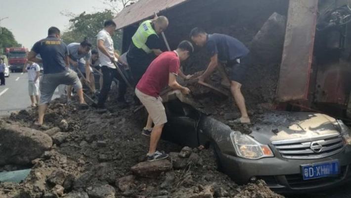 泥头车侧翻 小车被埋致2人死亡