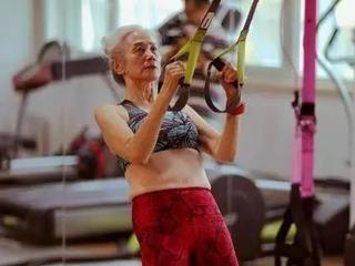 72岁老奶奶坚持练瑜伽十余年