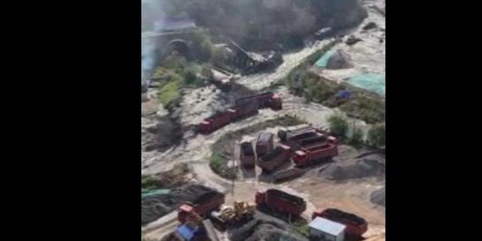 陕西延安子长一水坝溃坝 附近煤厂及街道被淹(图)