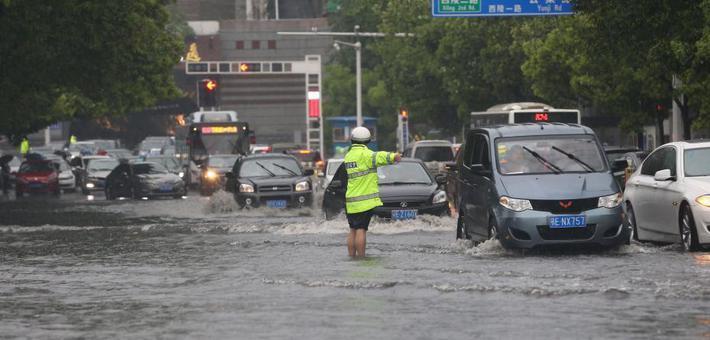湖北宜昌暴雨致内涝 消防疏散千人