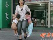 汶川地震这张老师救娃照感动很多人 如今他们重聚