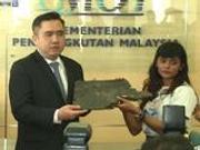 MH370乘客家属向大马交通部移交五块疑似碎片(图)