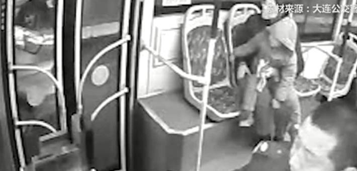 公交司机踩油门帮父子隔窗告别