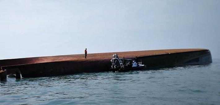载16名中国船员挖沙船在马来西亚倾覆