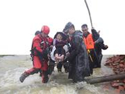成都救援人员雨中转移万余群众 村民送来面包和水