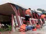 泰翻船事故幸存者:浪大到能把甲板上的人拍进船舱
