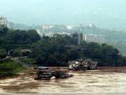 76岁老人嘉陵江游泳被洪水冲走 5人用长竹竿救下