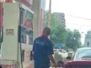 捉谣记|北京加油员反复捏加油枪有猫腻?假的