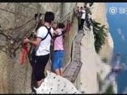 捉谣记|华山跳崖男子开路虎拿不出百元被迫自杀?警方:不实