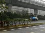 捉谣记|珠海洒水车暴雨天浇灌绿化带?警方查证:不在珠海