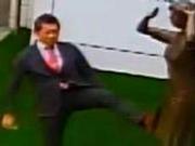 日代表侮辱慰安妇铜像画面曝光:连踹几脚 还摆拍