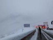 四川折多山暴雪一夜:约4千名游客千余车辆被困