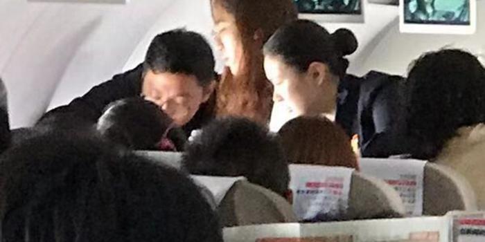 万米高空上年轻女子呼吸困难 护士旅客挺身救人