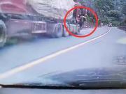 无人大货车失控下溜 路过司机百米冲刺爬上车制动