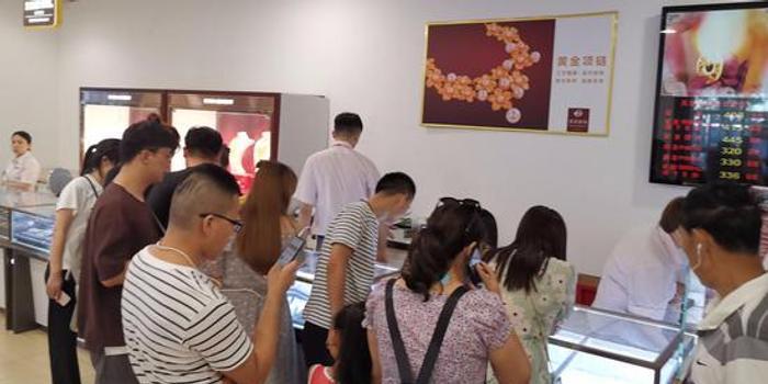 全球央行争相囤金:金价1年涨3成 金店迎金九银十