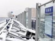 央视谈公交站台倒塌事件:大雪为何成不可承受之重
