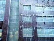 新京报评环保局大楼被雾炮车喷成冰雕:活该