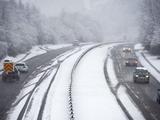 英国多地迎大雪 2万余家庭断