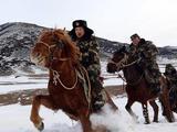 新疆阿勒泰:公安边防官兵边境前沿巡边踏查