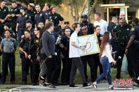 美佛州枪击案中学复课 大批警察维护治安