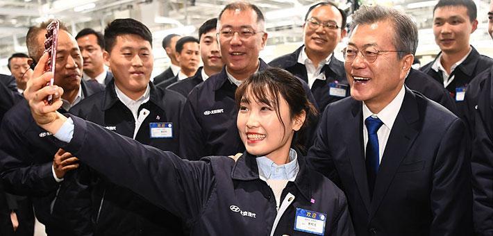 文在寅在重庆与韩企美女员工合影
