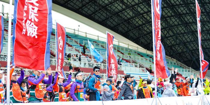 成千上万的工商管理硕士商业精英聚集在四子王旗的根塔拉 挑战35公里的草原越野赛跑