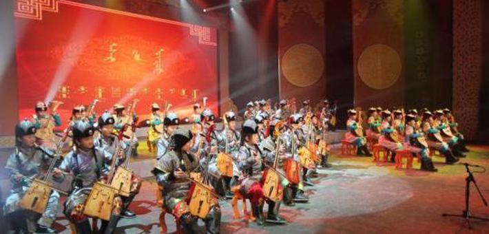 镶黄旗乌兰牧骑亮相巡游和美食节