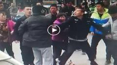呼和浩特:城管人员当街殴打摊贩涉事人员已被停职