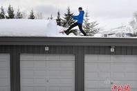 挪威遭遇大雪天气 汽车被积雪掩埋