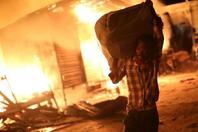 """海地一市场发生大火 民众""""抢救""""物品"""