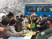 京昆高速滞留车辆在广元境内分流下站 警车带道缓慢放行