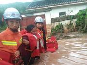 突降暴雨孕妇和两孩子被洪水围困 消防紧急营救母子三人