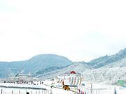 西岭雪山撒3.5吨盐保通行安全