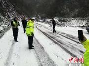 四川万源降雪致交通受影响 民警撒工业盐保畅通