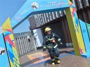 负重25公斤爬53层楼 成都女消防员:为女儿而战