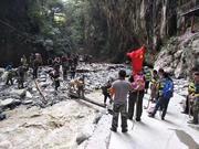 洪水围困宝兴新民村:在悬崖沟壑上搭起临时木桥 打通物资运输线