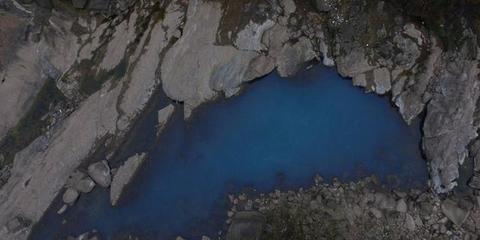四川深山农村藏温泉 持续20年流蓝色河水