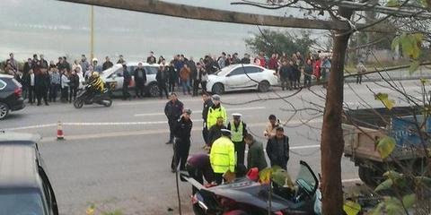 百万超跑撞上货车撞飞行人 驾驶员死亡